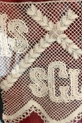 kors med mandlar på spetsmuseumet